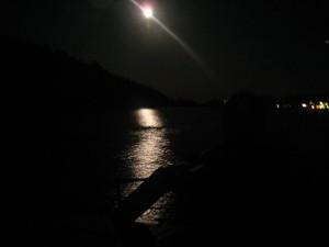 """Fullmåne over akterstaven på Duppen """"alle tiders dykkebåt"""""""