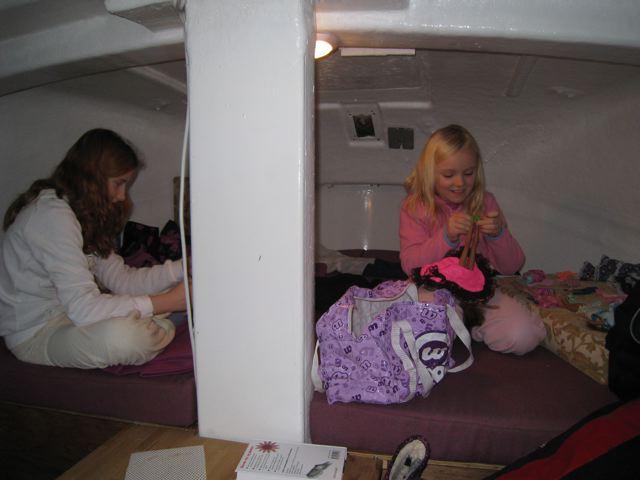 M og A koser seg med Barbiedukkene sine